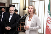 Federica Mogherini (R) with Iranian Foreign Minister Mohammad Javad Zarif (archive)