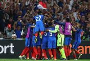 Футболисты сборной Франции после гола в ворота команды Германии в полуфинале чемпионата Европы