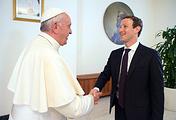 Папа римский Франциск и Марк Цукерберг (слева направо)