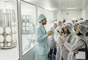 """Участники форума """"Будущие интеллектуальные лидеры России"""" во время посещения производственного комплекса по выпуску готовых лекарственных форм и биотехнологических субстанций на заводе """"Р-Фарм"""""""
