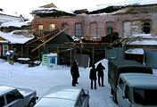 На месте обрушения кровли нежилого двухэтажного дома в городе Ирбит