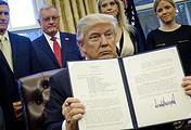 Дональд Трамп демонстрирует подписанный указ о реорганизации Совета национальной безопасности США, 28 января