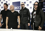 Участники американской метал-группы Disturbed гитарист Дэн Дониган, вокалист Дэвид Дрейман, барабанщик Майк Венгрен и бас-гитарист Джон Мойер