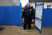 Глава МЧС РФ Владимир Пучков во время осмотра наиболее пострадавшего от паводка поселка Левокумка, 26 мая
