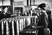 Подростки работают на заводе по производству снарядов, 1943 год