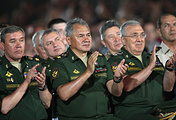 Министр обороны РФ Сергей Шойгу (в центре)