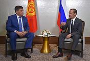 Премьер-министр Киргизии Сооронбай Жээнбеков и премьер-министр РФ Дмитрий Медведев