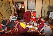 Представители монастыря Панга из долины Кулу (в центре) проводят священный ритуал- Гуру-пуджу в честь Юрия Рериха в зале музея-усадьбы ММТР
