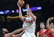 Российский центровой Тимофей Мозгов атакует кольцо сербской команды