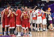 Игроки сборной России и сборной Испании после окончания матча за третье место чемпионата Европы по баскетболу