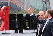 """Президент России Владимир Путин и генеральный директор компании """"Яндекс"""" Аркадий Волож"""