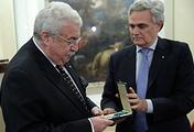 Первый заместитель генерального директора информационного агентства ТАСС Михаил Гусман и посол Италии в России Чезаре Мария Рагальини