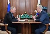 Президент России Владимир Путин и врио губернатора Красноярского края Александр Усс (справа)
