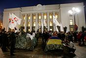 Протестующие установили палатки у здания Верховной рады в Киеве
