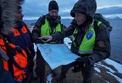 Сотрудники норвежской полиции во время поисково-спасательной операции на месте крушения российского вертолета Ми-8