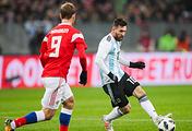 Игроки сборной России Александр Кокорин и Аргентины Лионель Месси