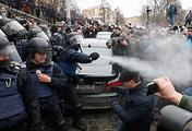 Столкновения между украинскими правоохранителями и митингующими в палаточном лагере возле Верховной Рады в Киеве