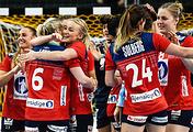 Норвежские гандболистки после победы в 1/8 финала чемпионата мира с командой Испании