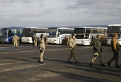 Военнослужащие ВСУ возле автобусов с пленными