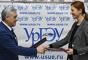 Ректор УрГЭУ Яков Силин и директор РИЦ Мария Картуз во время подписания соглашения