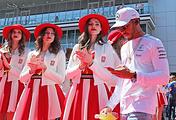 """Льюис Хэмилтон во время парада пилотов на Гран-при России """"Формулы-1"""""""