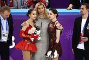 Алина Загитова (слева), Евгения Медведева (справа) и тренер фигуристок Этери Тутберидзе