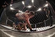 Российский боец Хабиб Нурмагомедов против американца Эла Яквинты в поединке на турнире UFC