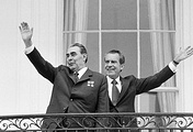 Генеральный секретарь ЦК КПСС Леонид Брежнев и президент США Ричард Никсон на балконе Белого дома
