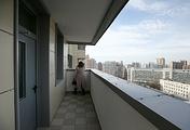 Балкон в новом многоквартирном доме, построенном в рамках программы реновации жилищного фонда столицы