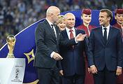 Президент ФИФА Джанни Инфантино (слева), президент РФ Владимир Путин и президент Франции Эмманюэль Макрон (справа)