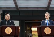 Лидер КНДР Ким Чен Ын и президент Республики Корея Мун Чжэ Ин