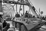 Советские солдаты на БТР-70 во время пересечения моста через Амударью в Афганистане, 1988 год