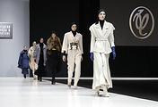 Модели на показе коллекции модельера Валентина Юдашкина