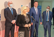 Вице-премьер Сербии Зорана Михайлович (в центре)