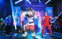 Официальный талисман чемпионата мира по футболу 2018 года Волк Забивака и певец Сергей Лазарев