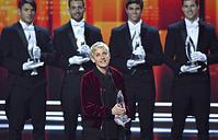 """Эллен Дедженерес собрала больше всех наград за всю историю People's Choice Awards: в ее копилке на сегодняшний день 20 статуэток. Во время церемонии-2017 она удостоилась трех наград: """"Любимый телеведущий дневного шоу"""", """"Любимый актер озвучки в анимационном кино"""" и """"Любимая комедийная коллаборация"""""""