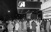 Толпа ждет у входа в клуб Studio 54, 6 ноября 1979 года