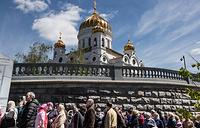 Верующие у храма Христа Спасителя, где находится ковчег с частицей мощей святителя Николая Чудотворца, Москва, 22 мая