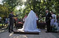 Врио губернатора Свердловской области Евгений Куйвашев (слева) и  министр культуры Республики Беларусь Борис Светлов (справа) во время церемонии открытия памятника