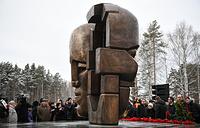 """Монумент """"Маски скорби"""", созданный по эскизу скульптора Эрнста Неизвестного, на 12-м километре Московского тракта"""