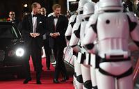 """Принц Уильям и принц Гарри на премьере фильма """"Звездные войны: Последние джедаи"""" в Лондоне, 12 декабря"""