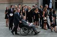 Бывшие президенты США Джордж Буш - старший и Джордж Буш - младший перед церемонией прощания с бывшей первой леди США Барбарой Буш в епископальной церкови святого Мартина в Хьюстоне