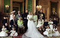 Герцогиня Корнуоллская Камилла, принц Уэльский Чарльз, принц Гарри, герцог Сассекский, герцогиня Сассекская Меган,  Дория Рэгленд, принц Уильям, герцог Кембриджский. Средний ряд: принц Филипп, герцог Эдинбургский, королева Елизавета II, герцогиня Кембриджская Кэтрин, принцесса Шарлотта, принц Джордж. А также пажи и подружки невесты.