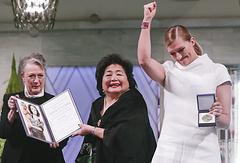 Председатель Норвежского нобелевского комитета Берит Райсс-Андерсен, Сэцуко Тэрлоу и исполнительный директор ICAN Беатрис Фин