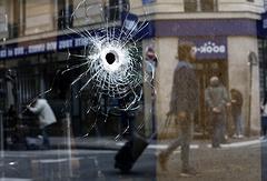 Следы от выстрелов полицейских рядом с местом происшествия в центре Парижа
