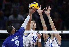 Волейболисты сборной Франции Эрвин Нгапет и Сербии Александар Атанасьевич и Марко Подрасчанин