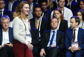 """Вице-премьер РФ Аркадий Дворкович и премьер-министр РФ Дмитрий Медведев (справа налево) на форуме """"Открытые инновации - 2016"""""""