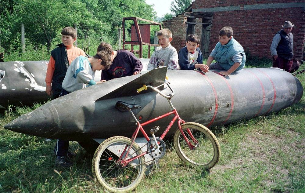 Operation 'Allied Force' in Yugoslavia, 1999. A fuel tank of a NATO fighter jet in the village of Aleksandrovac, 80 kilometers from Belgrade