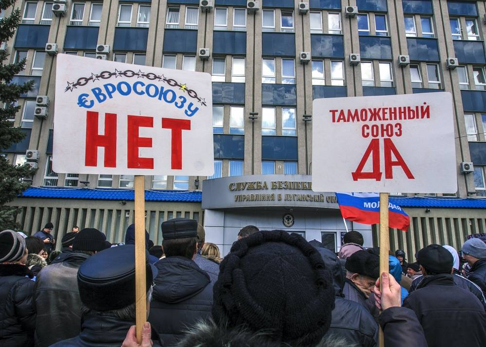 """Protesters with posters running """"No to European Union""""; """"Yes to Customs Union"""" in Luhansk"""
