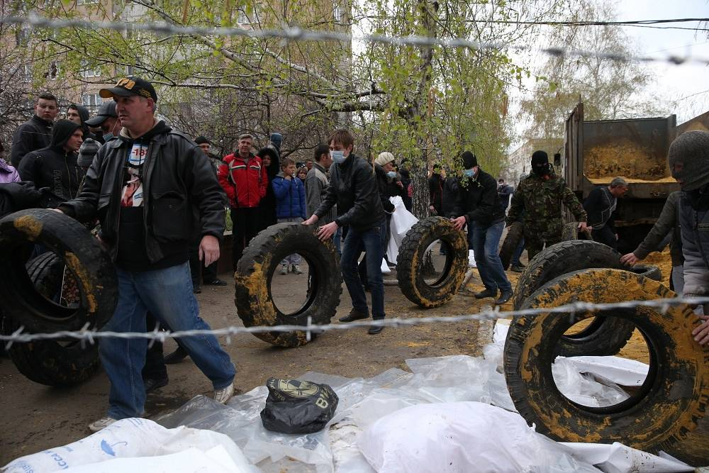 In the wake of Avakov's statement, the protesters started putting up barricades consisting of tires, wooden screens and sandbags around the police station